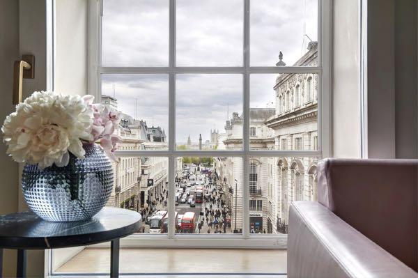Výhled zHotel Cafe Royal